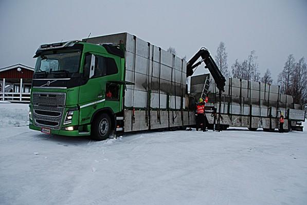 Pontonerna lastas av i Siknäs hamn
